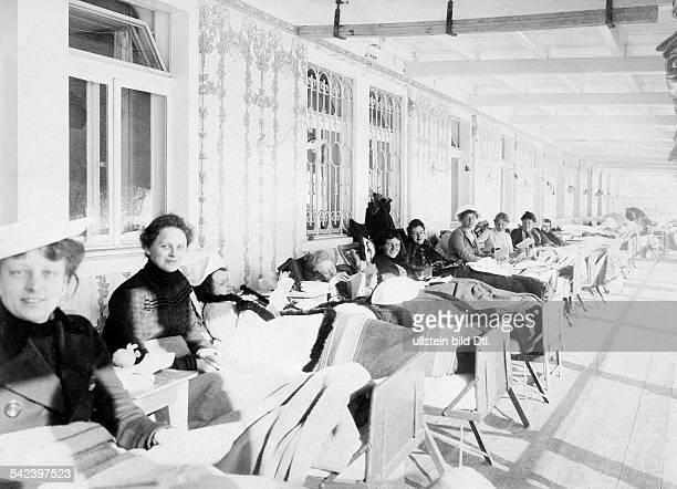 Patientinnen bei der Liegekur in einemSanatorium 1903