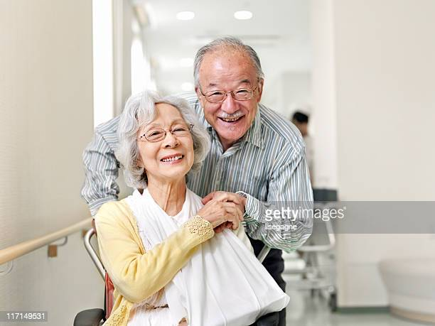 patients in hospital - arm sling stock pictures, royalty-free photos & images