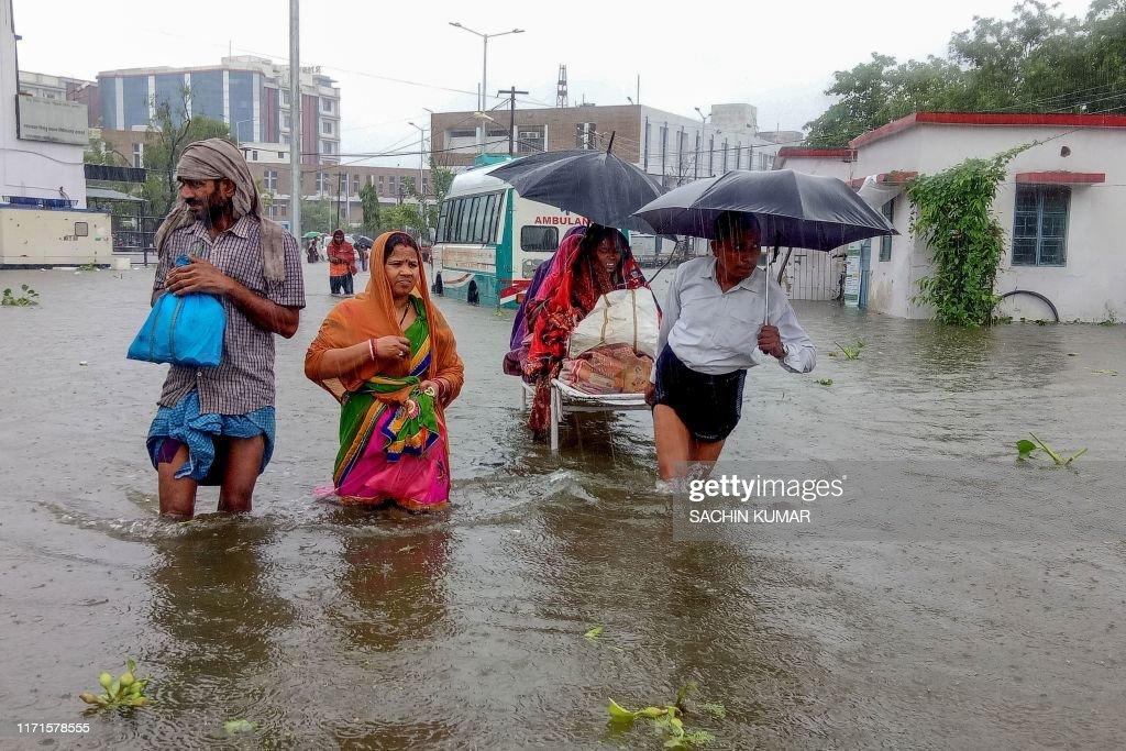 TOPSHOT-INDIA-WEATHER-FLOOD : News Photo