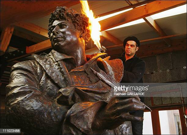 Patina work on the statue of Alexandre Dumas realized by JeanLoup Bouvier in the workshops of the Coubertin foundry in SaintRemylesChevreuses France...