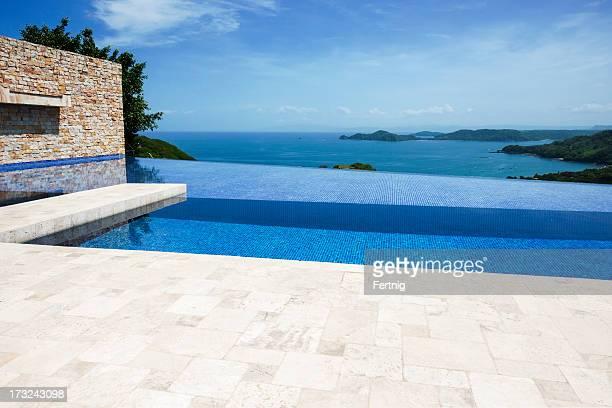 Terrasse und infinity-pool mit Aussicht auf den Ozean