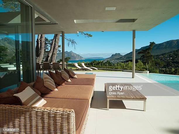 Patio et piscine à débordement de maison moderne