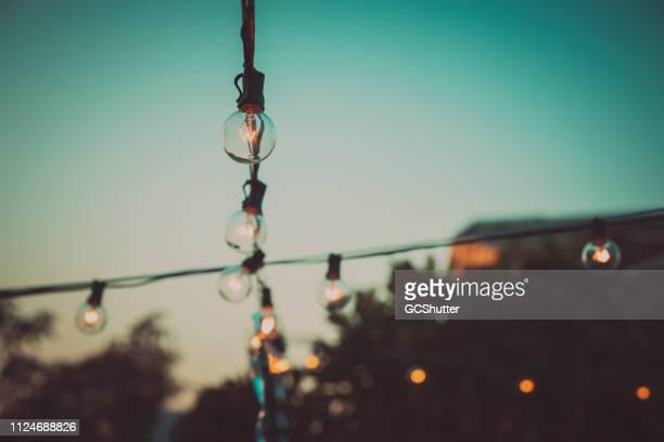 パティオ文字列ライト - ストリングライト ストックフォトと画像