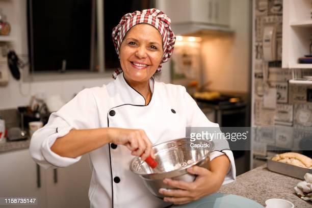 patissier-pasteleiro que prepara doces - chef - fotografias e filmes do acervo