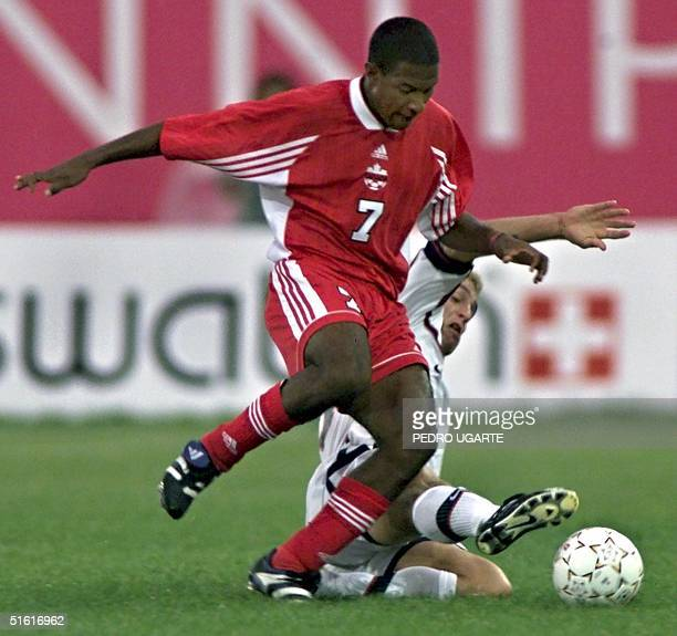 Patrice Bernier of Canada controls the ball against Taylor Twellman of the US 06 August during their bronze medal soccer match at the XIII Pan Am...