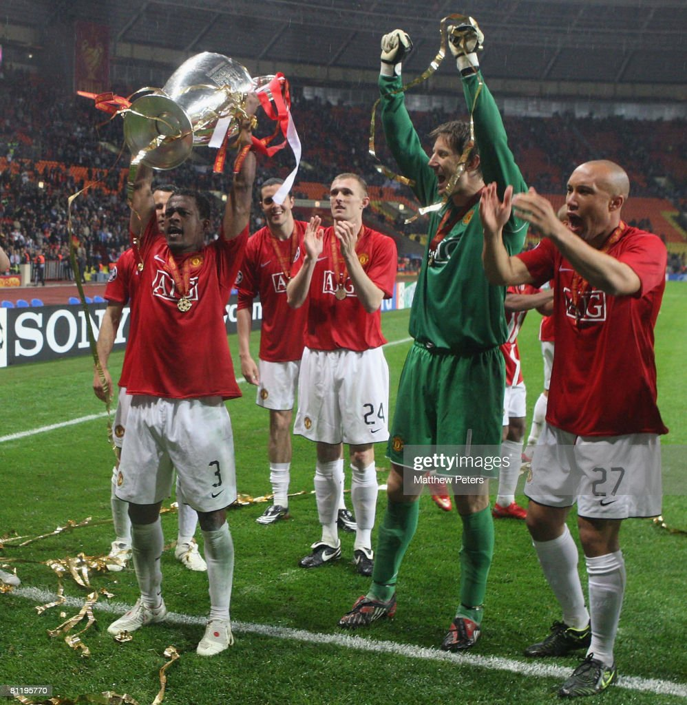 patrice evra of manchester united celebrates with the trophy after news photo getty images https www gettyimages dk detail news photo patrice evra of manchester united celebrates with the news photo 81195770