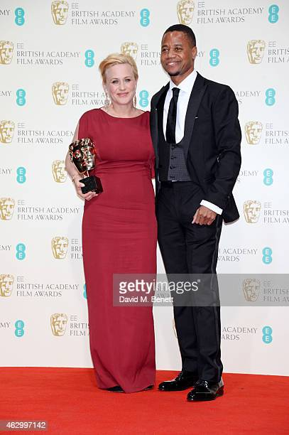 Patricia Arquette winner of the Supporting Actress award for 'Boyhood' and presenter Cuba Gooding Jr pose in the winners room at the EE British...