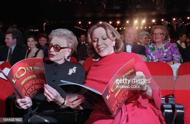 Patricia et Paulette Coquatrix , la fille et la veuve de Bruno Coquatrix, le fondateur de l'Olympia, consultent le 14 avril 1997 le programme de la...