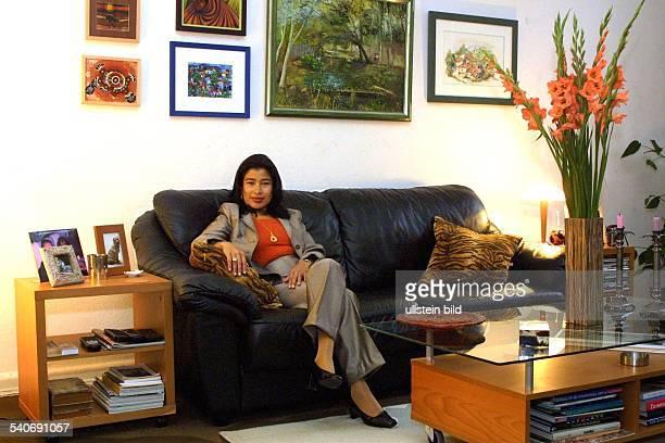 Patricia Rivera Rodil Diplomat Modedesignerin Sprachlehrerin Honduras die Generalkonsulin von Honduras in Hamburg in ihrem Wohnzimmer auf dem...