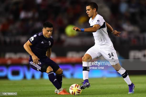 Patricio Monti of Gimnasia controls the ball during a match between River Plate and Gimnasia y Esgrima La Plata as part of Superliga 2018/19 at...