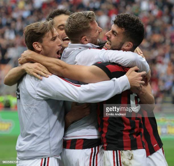 Patrick Cutrone of AC Milan celebrates his goal with his teammates during the serie A match between AC Milan and ACF Fiorentina at Stadio Giuseppe...