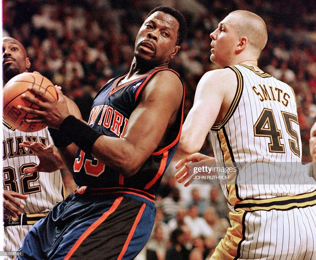 Patrick Ewing (L) of the New York Knicks works int : News Photo
