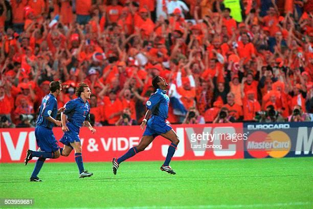 Patrick Kluivert, Holland jubler over 1-0 scoringen