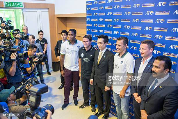 Patrick Kluivert Michael Owen Bee Taechaubol CEO of Thai Prime Co ltd Fabio Cannavaro James DaviesYandle cofounder of the Global Legends Series and...
