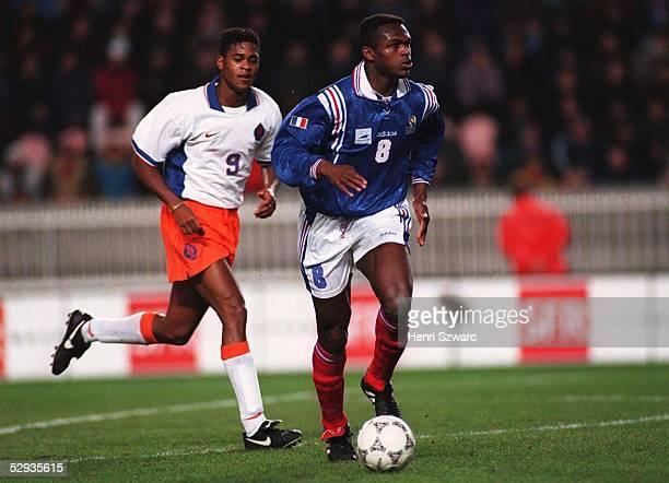 FUSSBALL FRANKREICH NIEDERLANDE 260297 Patrick KLUIVERT/NED Marcel DESAILLY/FRA