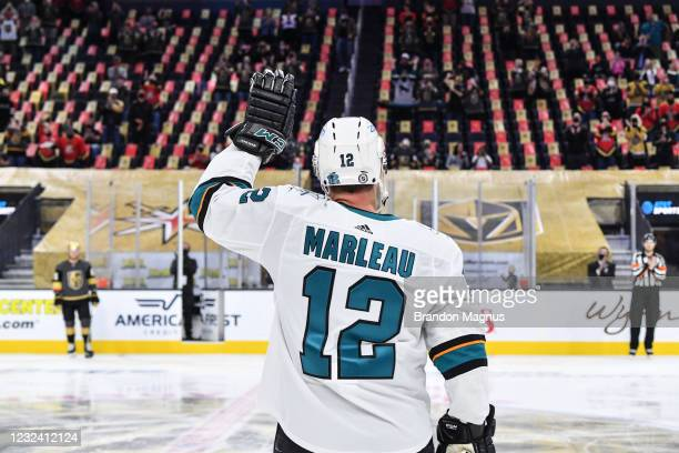 Patrick Marleau of the San Jose Sharks waves to the fans after breaking Gordie Howe's record for most games played against the Vegas Golden Knights...