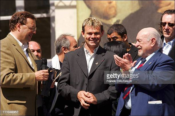 Patrick Martin was awarded the Nissan Antoine Blondin for his book 'Draw me a victory' in Saumur France on April 16th 2005