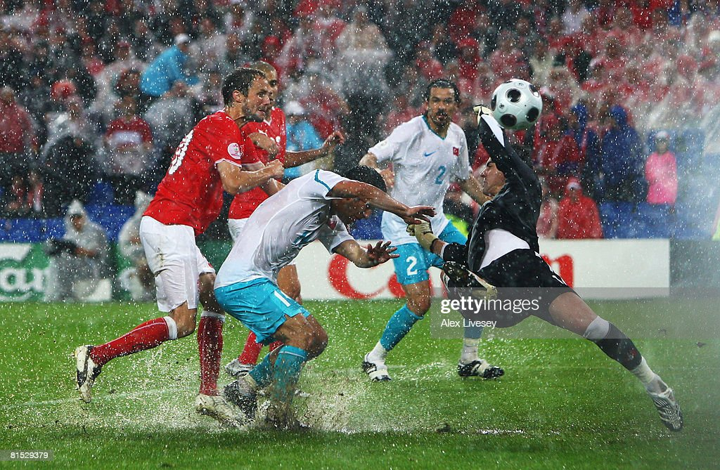 Switzerland v Turkey - Group A Euro 2008 : News Photo