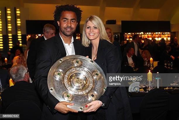 Patrick Owomoyela mit Josipa mit Meisterschale Fussball Saison 2011 / 12 1 Bundesliga Borussia Dortmund feiert die Meisterschaft Deutscher Fussball...