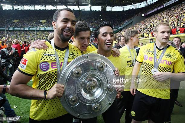 Patrick Owomoyela Robert Lewandowski und Lukas Barrios mit der Meisterschale Deutscher Fussball Meister Borussia Dortmund Fussball 1 Bundesliga...