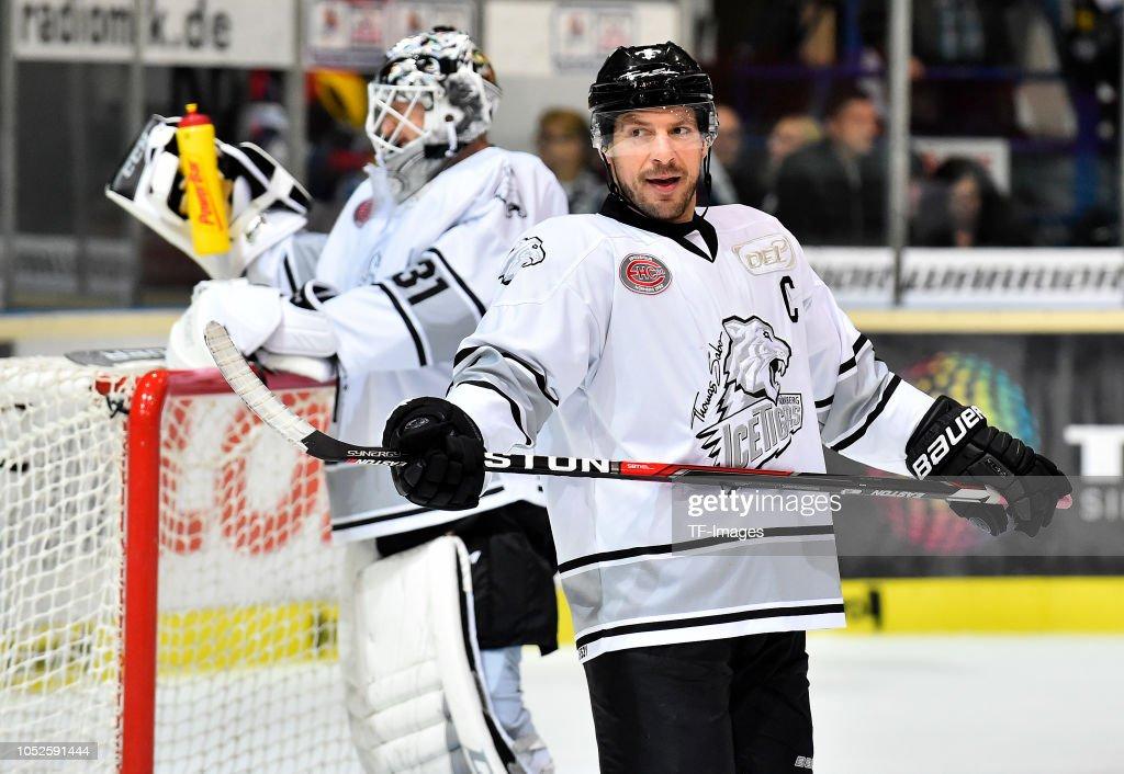 Iserlohn Roosters v Thomas Sabo Ice Tigers - Deutsche Eishockey Liga : Nachrichtenfoto