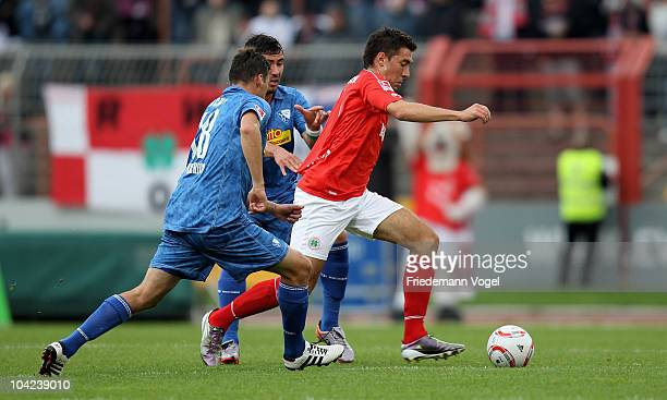 Patrick Schoenfeld Oberhausen Anther Yahia and Giovanni Federico of Bochum battle for the ball during the Second Bundesliga match between RW...