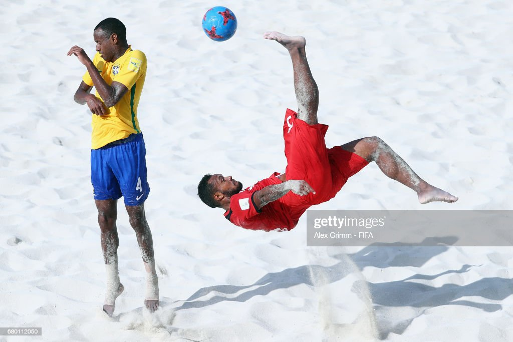 Patrick Tepa of Tahiti attempts a bicycle kick next to Catarino of Brazil during the FIFA Beach Soccer World Cup Bahamas 2017 final between Tahiti and Brazil at National Beach Soccer Arena at Malcolm Park on May 7, 2017 in Nassau, Bahamas.