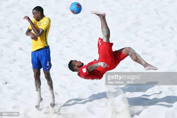 Patrick Tepa of Tahiti attempts a bicycle kick next to Catarino of Brazil during the FIFA Beach Soccer World Cup Bahamas 2017 final between Tahiti...