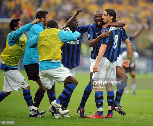 Patrick Vieira and Zlatan Ibrahimovic of Inter Milan celebrate winning the Serie A title after the Serie A match between Parma and Inter Milan at the...