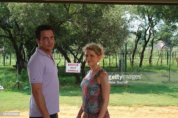 Patrick Wolff Diana Staehly Dreharbeiten zum ZDFAbschiedsSpecial Forsthaus Falkenau in Afrika Folge Entscheidung in der Savanne 13 14 17 Staffel...