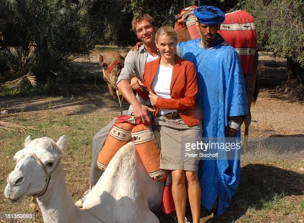 """Patrik Fichte , Eva-Maria Grein , einheimischer Marokkaner, ZDF-Reihe """"Kreuzfahrt ins Glück"""", Folge Nr. 9 """"Marokko"""", Palmeraie , Marrakesch, Marokko,..."""