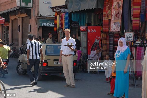 Patrik Fichte ZDFReihe 'Kreuzfahrt ins Glück' Folge Nr 9 'Marokko' Markt Rahba Kedima Marrakesch Marokko Nordafrika Afrika Tablett mit Tee...