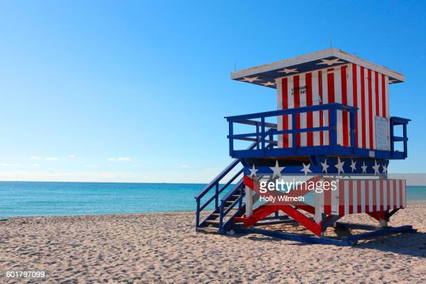 patriotic lifeguard hut on beach - florida usa stock-fotos und bilder