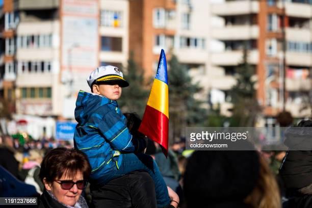popolo patriottico rumeno che celebra la festa nazionale della romania sulla strada della città - bucarest foto e immagini stock
