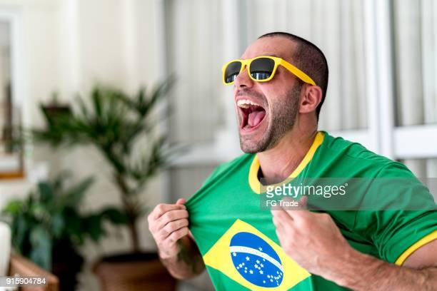 patriotismo e celebração de uma jovem fã brasileira - evento de futebol internacional - fotografias e filmes do acervo