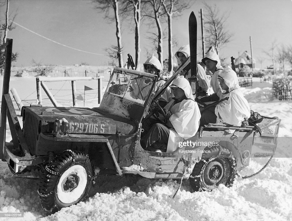 Patrol Of Skiers With A Jeep Willys Circa 1940 : News Photo