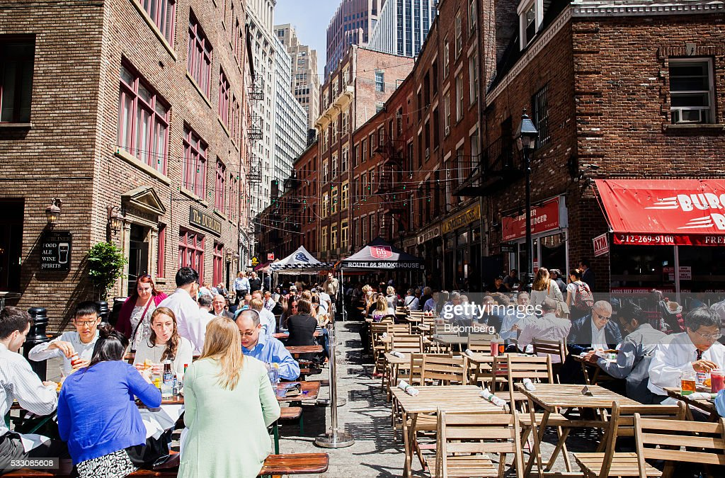 Patrons dine outside in the Financial District of New York, U.S., on Monday, April 18, 2016. U.S. stocks rose, with the S&P 500 bouncing from a seven-week low, led by a rally in technology shares amid ebbing anxiety over the potential for higher interest rates as early as next month. Photographer: David Williams/Bloomberg via Getty Images