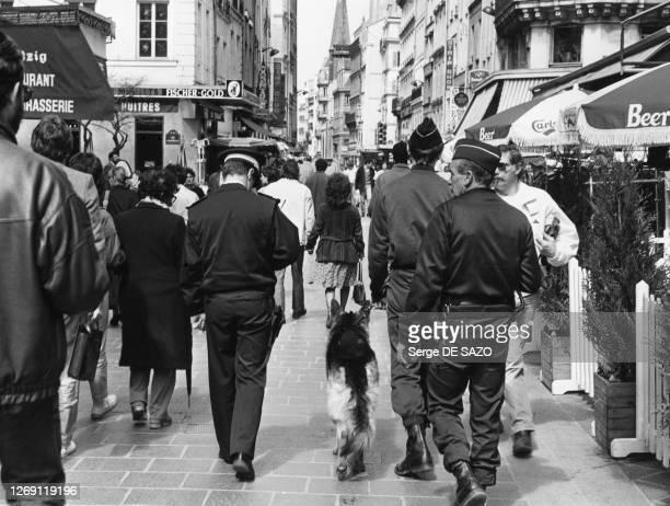 Patrouille de police dans la rue Saint-Denis à Paris, en 1986, France.