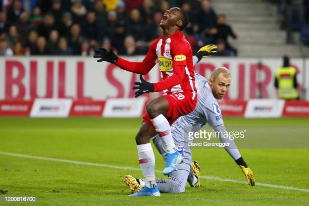 Patson Daka of Salzburg reacts after a missed chance in front of Alexander Schlager of Lask during the tipico Bundesliga match between FC Red Bull...