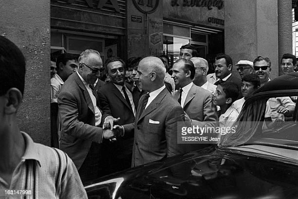 Pattakos Greek Minister Of The Interior En Grèce en juin 1967 Stylianos PATTAKOS ministre grec de l'Intérieur dans la rue serrant la main à un passant