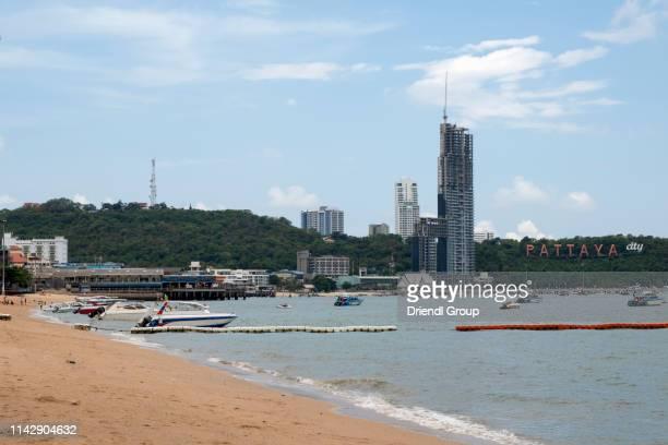 pattaya beach with the city sign. - golf von thailand stock-fotos und bilder