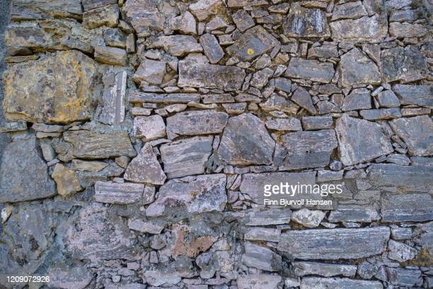 pattern of a stone wall - finn bjurvoll stock pictures, royalty-free photos & images