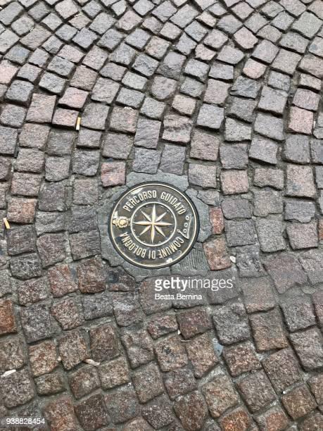 pattern of stone pavement in bologna, italy - adoquinado fotografías e imágenes de stock