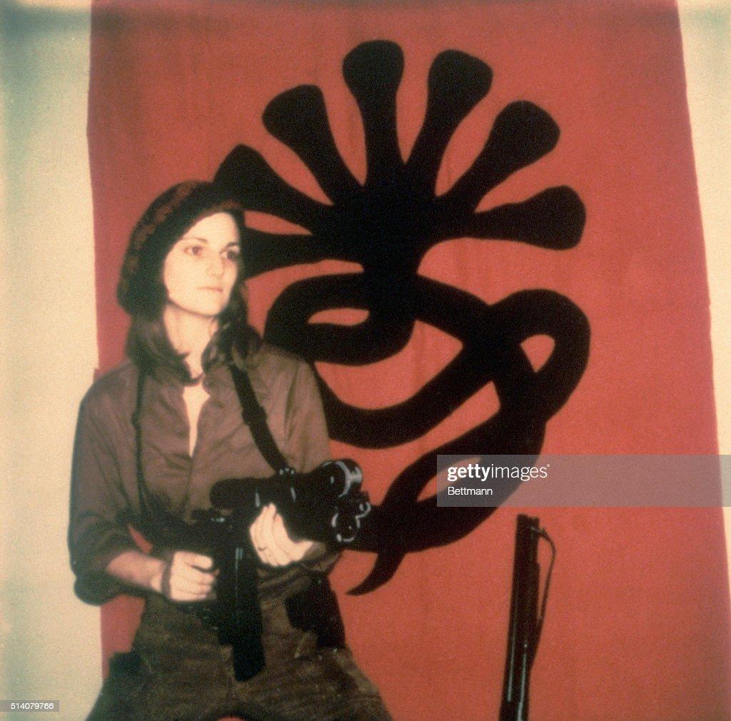 Patty Hearst with Machine Gun : News Photo
