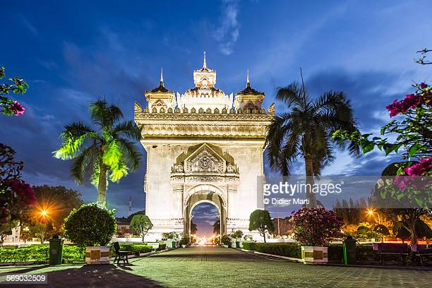 patuxay monument in vientiane - emerging markets stock photos and pictures
