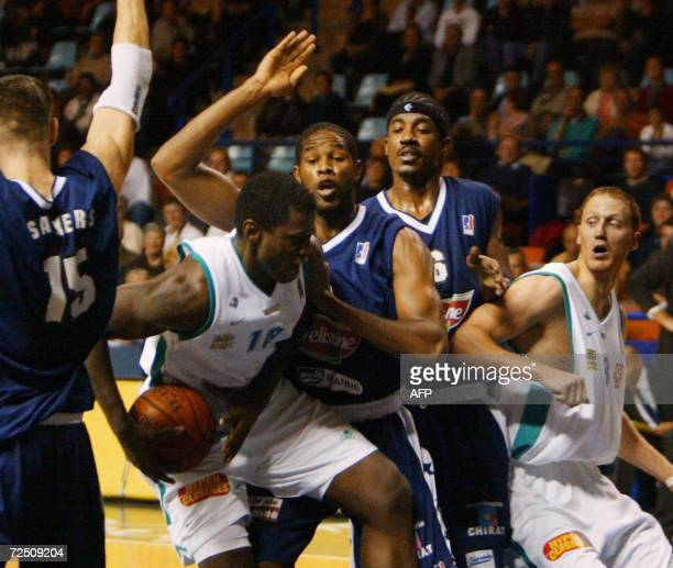 PauOrthez' Michael Wright vies with Roanne's William Soliman during their French ProA basketball match 11 November 2006 in Pau AFP PHOTO JEANLOUIS...