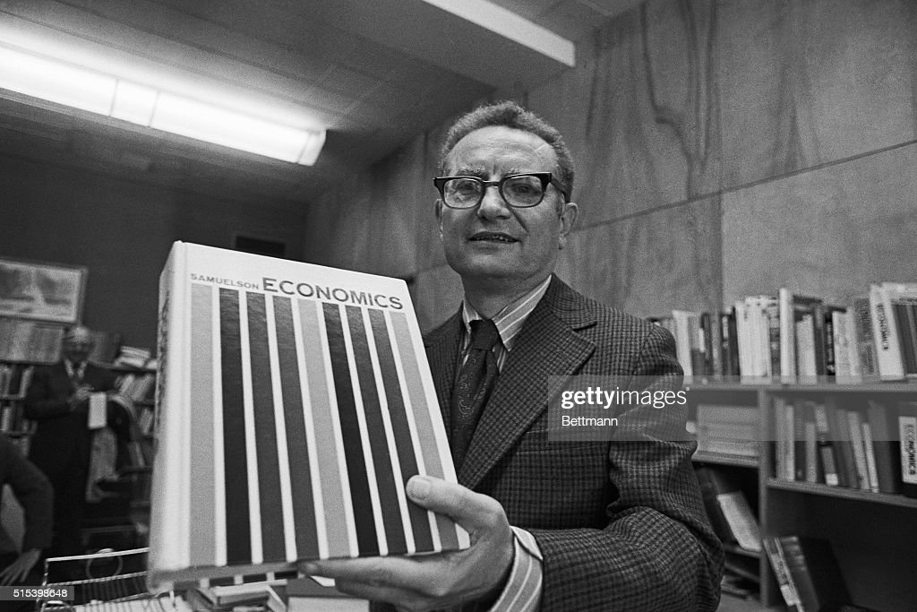 Paul Samuelson with Textbook : ニュース写真