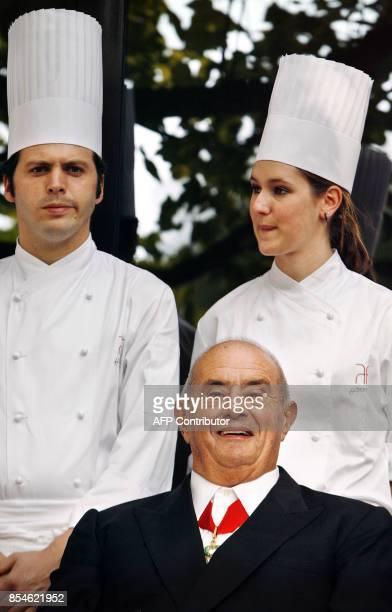 Paul Bocuse est photographié au milieu des cuisiniers de Marc Haeberlin chef de l'Auberge de l'Ill restaurant 3 étoiles Michelin dans le jardin de...