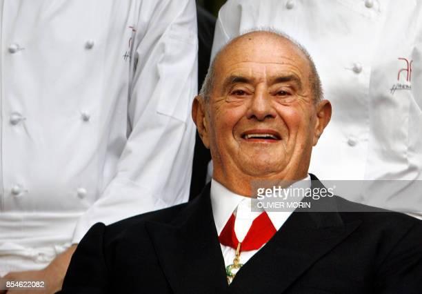 Paul Bocuse est photographié chez Marc Haeberlin chef de l'Auberge de l'Ill restaurant 3 étoiles Michelin dans le jardin de l'établissement le 17...