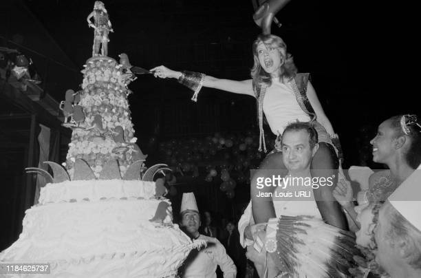 Paul Bocuse porte Mimi Coutelier sur ses épaules lors d'une soirée disco au TNP pendant le tournage du film 'Je te tiens tu me tiens par la...
